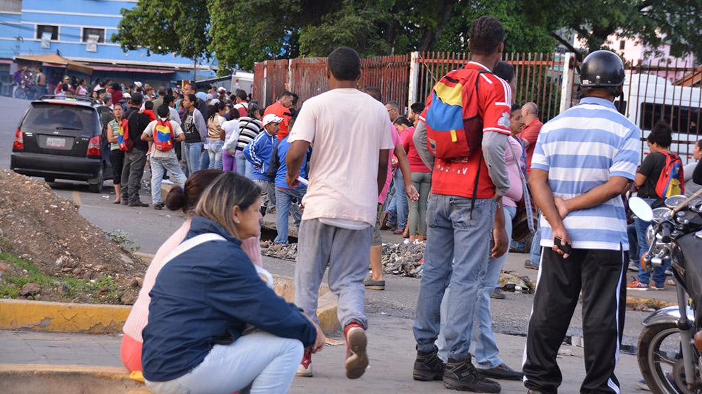 08 INMD Codas para comprar comida en supermercado de Caracas