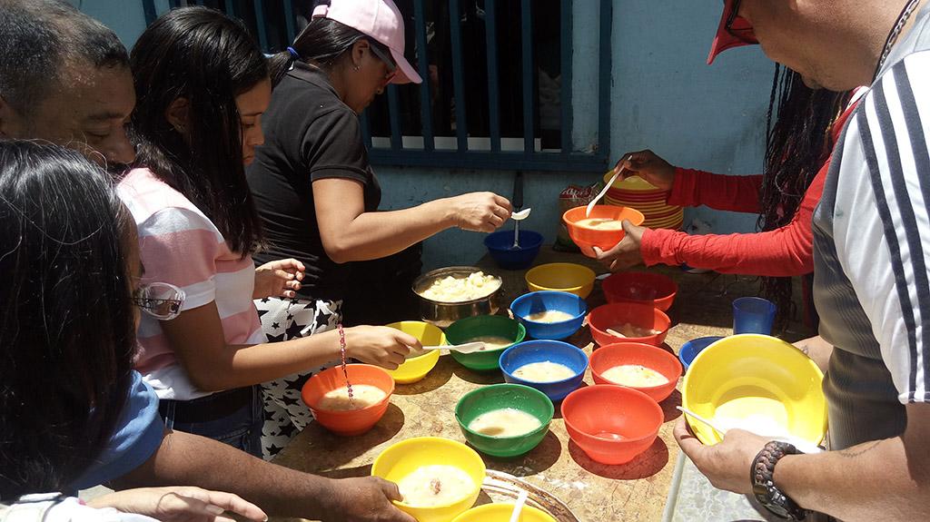 15 INMD 1 Distribuicion de sopa en la Parroquia de Carapita periferia de Caracas