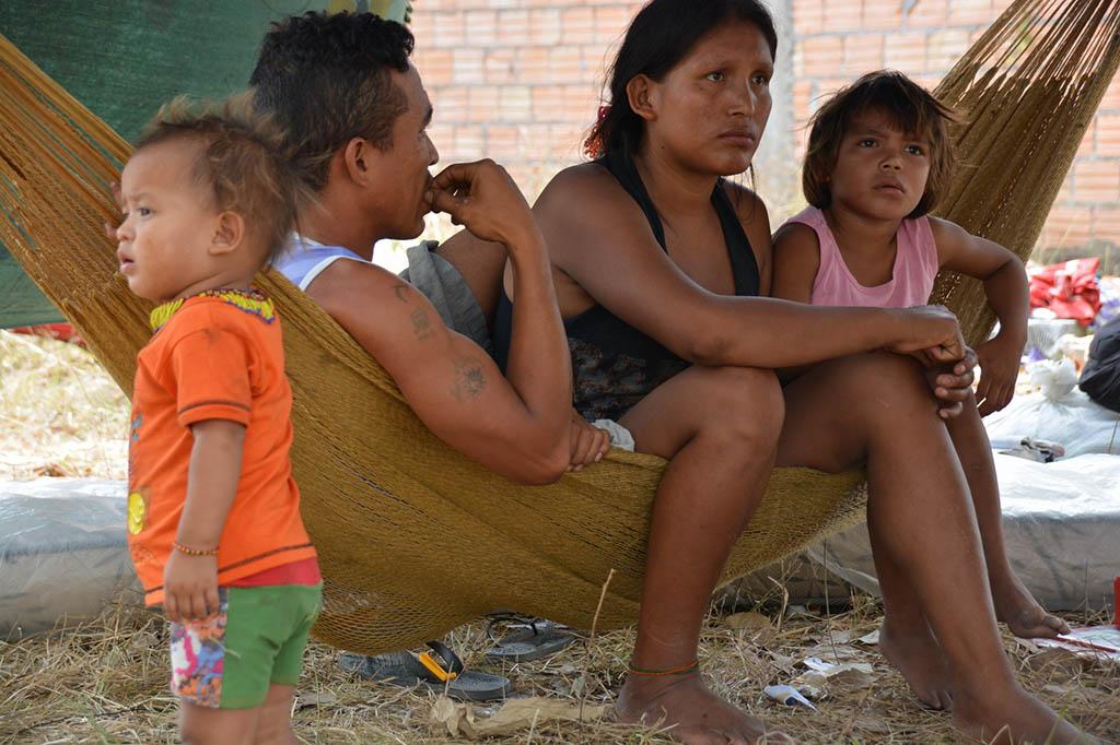18 INMD3 03 Jonny Martinez Cortez y Edilmira del Carmen com os filhos em baixo de um cajueiro