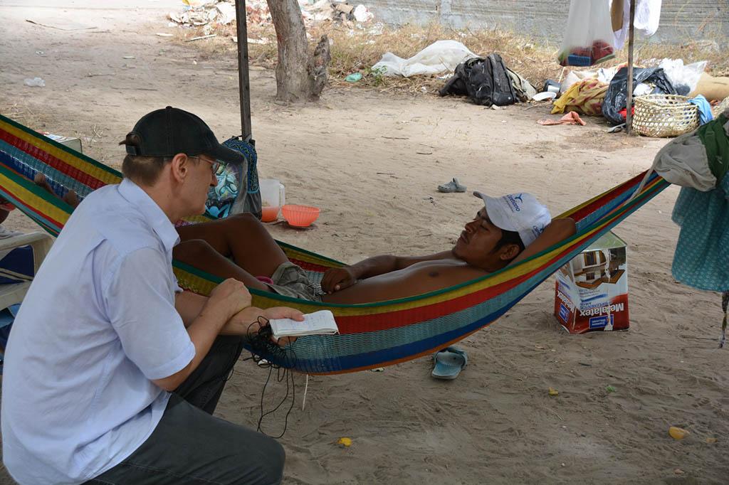 18 INMD3 06 Wilson Vlademir Cortez conversa com P Jaime C Patias Ele chegou com cinco filhos para tratamento medico e ha tres meses esta na rua