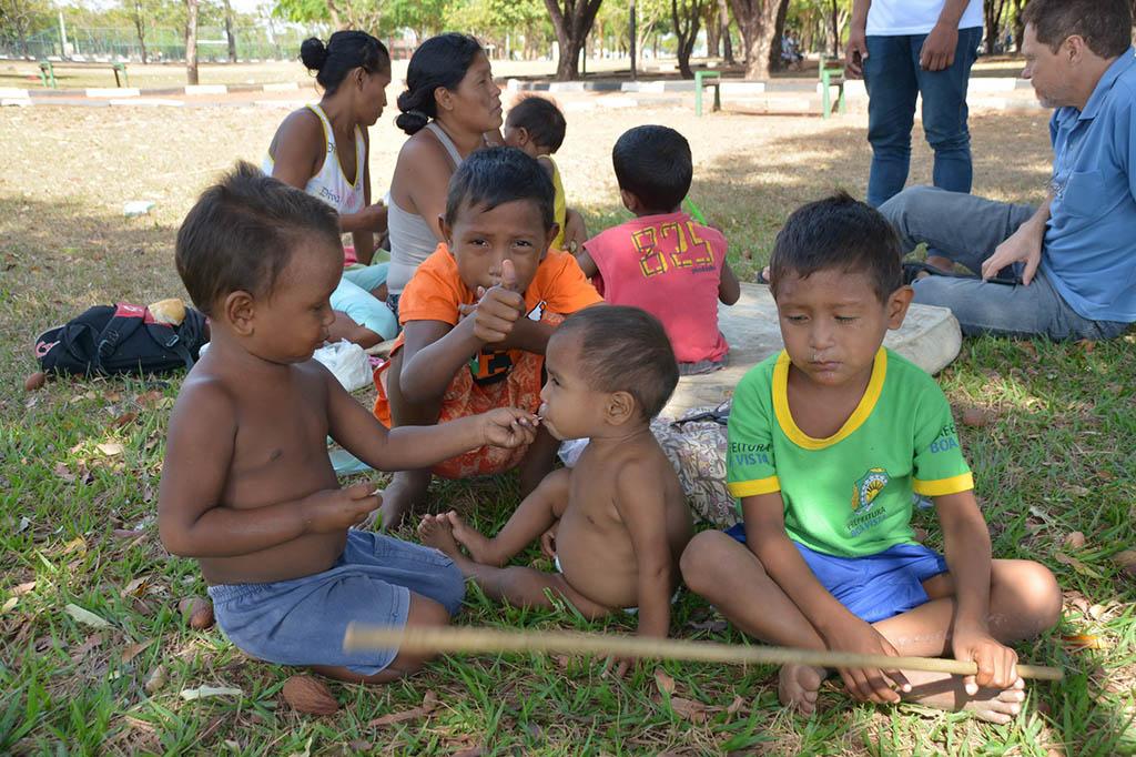 18 INMD3 07 Criancas warao na praca Germano Sampaio em Boa Vista acompanhadas pela Equipe Itinerante IMC