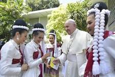 """Il Papa in Thailandia, ai giovani: """"Non vivere seduti sul divano"""""""