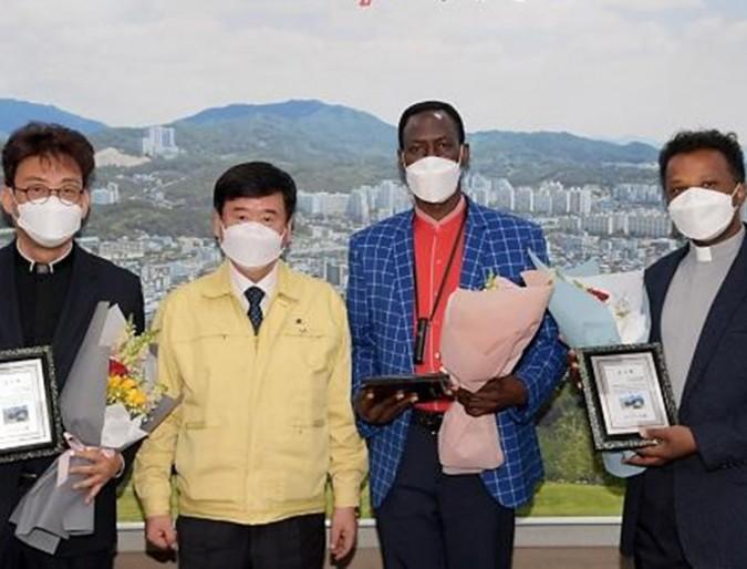 Servizio ai migranti in tempo di pandemia: P. Tamrat premiato dalla città di Dongducheon - Corea del Sud
